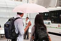 SAO PAULO, SP, 05.05.2015 - CLIMA-SP - Pedestres se protege de garoa na avenida Paulista no inicio da tarde dessa terça-feira 05 . (Foto: Gabriel Soares/Brazil Photo Press)