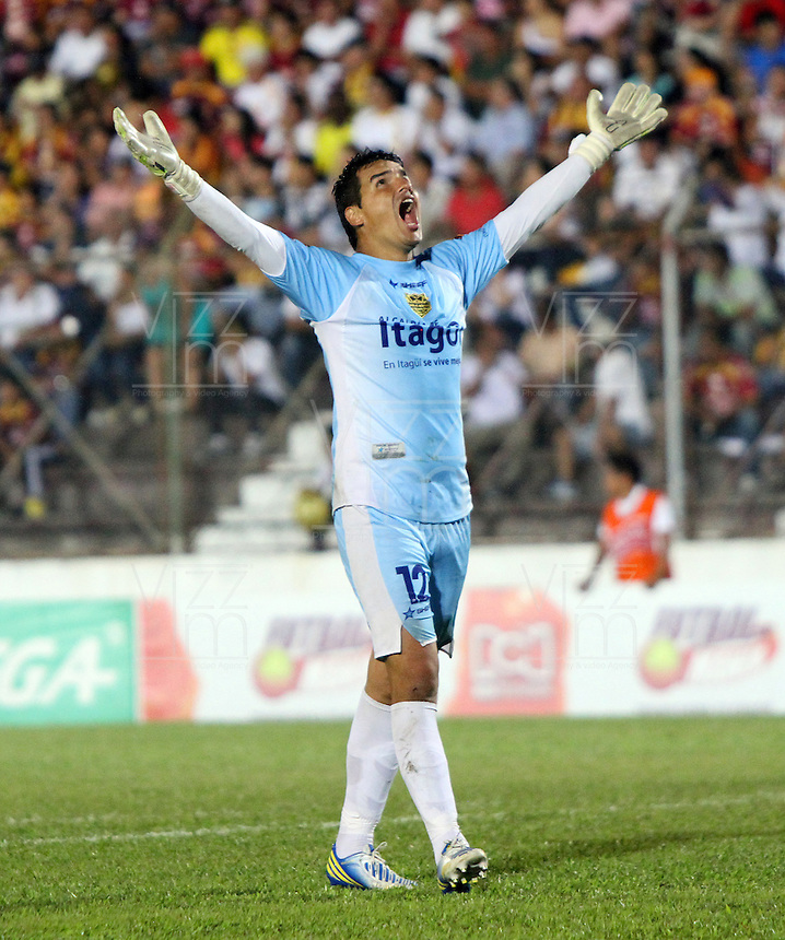 IBAGUÉ -COLOMBIA, 7-07-2013. Julián Mesa del Itagüi  celebra  gol contra el Deportes Tolima   durante partido de los cuadrangulares finales, fecha 6, de la Liga Postobón 2013-1 jugado en el estadio Manuel Murillo Toro la ciudad de Ibagué./ Julian Mesa Itagüi celebrates his goal against Tolima homers during the final match, dated 6, the League played in 2013-1 Postobón Manuel Murillo Toro stadium in Ibague.<br /> . Photo: VizzorImage/ Felipe Caicedo/ STAFF