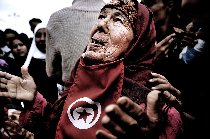 Vieille femme lors d'une grève générale dans la ville de Regeb. Minée par le chomage, les habitants ont organisé un sitting contre la lenteur des réformes et les promesses non tenues
