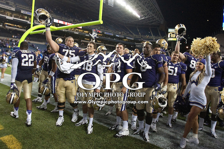 Sept 01, 2012:  Washington's #75 Erik Kohler against San Diego State.  Washington defeated San Diego State 21-12 at CenturyLink Field in Seattle, Washington...
