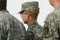 MHR06.FORT MEADE (ESTADOS UNIDOS).22/12/2011.-El soldado Bradley Manning (c) sale escoltado de la sala del tribunal en la base militar de Fort Meade, Estados Unidos hoy jueves 22 de diciembre de 2011.La vista preliminar contra el soldado Bradley Manning, sospechoso de haber filtrado documentos clasificados a la red Wikileaks, concluyó hoy con la presentación de los alegatos finales de la defensa y la fiscalía, que incluyeron en este último caso un torrente de pruebas en su contra.EFE/MICHAEL REYNOLDS