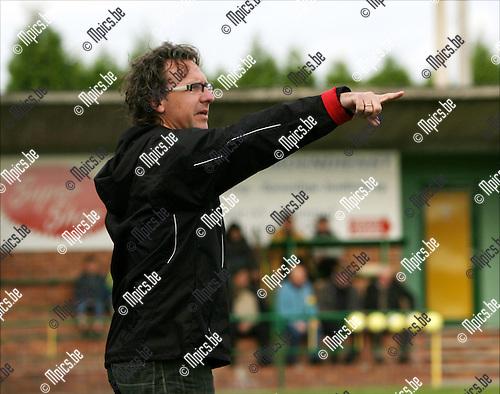 2008-10-19 / Voetbal / K Witgoor Sport D - KE Neerpelt / Patrick Van Houdt, trainer van Witgoor, geeft zijn spelers de nodige instructies van op de zijlijn..Foto: Maarten Straetemans (SMB)