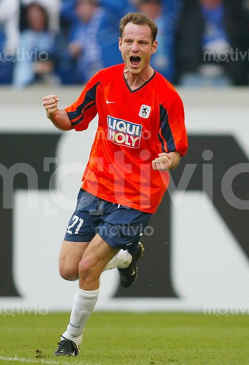 Fussball  1. Bundesliga Saison 2002/2003   26. Spieltag Schalke 04 - 1860 Muenchen 1:1            Markus SCHROTH jubelt nach dem 1:1
