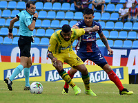 SANTA MARTA-COLOMBIA, 24-10-2019: Luis Arias de Unión Magdalena y Gabriel Gómez de Atlético Bucaramanga disputan el balón, durante partido entre Unión Magdalena y Atlético Bucaramanga, de la fecha 19 por la Liga Águila II 2019, jugado en el estadio Sierra Nevada de la ciudad de Santa Marta. / Luis Arias of Union Magdalena and Gabriel Gomez of Atletico Bucaramanga battle for the ball, during a match between Union Magdalena and Atletico Bucaramanga, of the 19th date for the Aguila Leguaje II 2019 played at the Sierra Nevada Stadium in Santa Marta city. Photo: VizzorImage / Gustavo Pacheco / Cont.