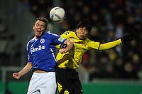 FUSSBALL   DFB POKAL   SAISON 2011/2012   VIERTELFINALE Holstein Kiel - Borussia Dortmund                          07.02.2012 Raphael Kazior (li, Kiel) gegen Shinji Kagawa (re, Borussia Dortmund)