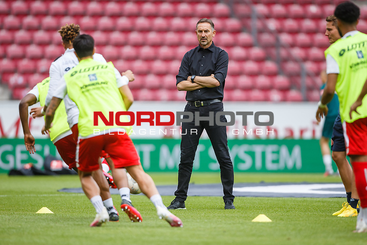 Achim Beierlorzer (Trainer / FSV Mainz 05) beobachtet das Aufwaermen, <br /> <br /> Sport: Fussball: 1. Bundesliga:: nphgm001:  Saison 19/20: 33. Spieltag: 1. FSV Mainz 05 vs SV Werder Bremen 20.06.2020<br /> Foto: Neis/Eibner/Pool/via gumzmedia/nordphoto<br /><br />DFB regulations prohibit any use of photographs as image sequences and/or quasi-video.<br />Editorial Use ONLY<br />National and International News Agencies OUT<br />  DFL REGULATIONS PROHIBIT ANY USE OF PHOTOGRAPHS AS IMAGE SEQUENCES AND OR QUASI VIDEO<br /> EDITORIAL USE ONLY<br /> NATIONAL AND INTERNATIONAL NEWS AGENCIES OUT