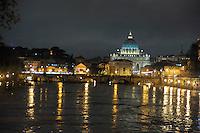 Roma 12 Dicembre 2008.Il fiume Tevere in piena per le piogge a Ponte Sant'Angelo.Rome 8 December 2008.The river Tiber in flood  for the rains, Ponte Sant'Angelo.