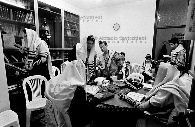 Milano: comunita' LUBAVITCH, preghiera del mattino con filatteri e tallit BET TALMUD (casa del Talmud).Milan: LUBAVITCH community, morning prayer with phylacteries and tallit in BET TALMUD (Talmud house)....