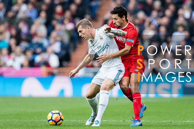 Toni Kroos (l) of Real Madrid fights for the ball with Jesus Navas Gonzalez of Sevilla FC during the La Liga 2017-18 match between Real Madrid and Sevilla FC at Santiago Bernabeu Stadium on 09 December 2017 in Madrid, Spain. Photo by Diego Souto / Power Sport Images