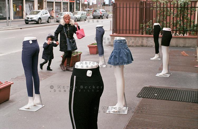 Milano, quartiere Affori, periferia nord. Manichini esposti fuori da un negozio di abbigliamento --- Milan, Affori district, north periphery. Manequins displayed outside of a clothing shop