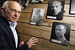 Foto: VidiPhoto<br /> <br /> OOSTERBEEK &ndash; Albert Deuss in de tentoonstellingsruimte van het Airbornemuseum in Oosterbeek, over de verzetsbeweging in Arnhem en omgeving ten tijde van de Slag om Arnhem. De vader van Albert, Bert Deuss, behoorde tot die verzetsgroep en zijn persoonlijke spullen uit de oorlogstijd maken deel uit van de tentoonstelling. Uit onderzoek blijkt dat het verzet tijdens de Tweede Wereldoorlog beter was georganiseerd dan steeds werd gedacht. Het Airbornemuseum is gevestigd in villa Hartenstein, het voormalige hoofdkwartier van de Britse luchtlandingstroepen in september 1944. Foto: Albert Deuss bij de foto van zijn vader.