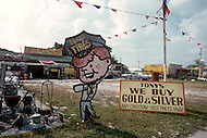 Detroit. U.S.A, September, 1980. America severely marked by the recession. The first to be affected are workers on the bread line and elderly persons without means. The gold purchasers seek for sellers since gold is always a sure value in times of crisis.