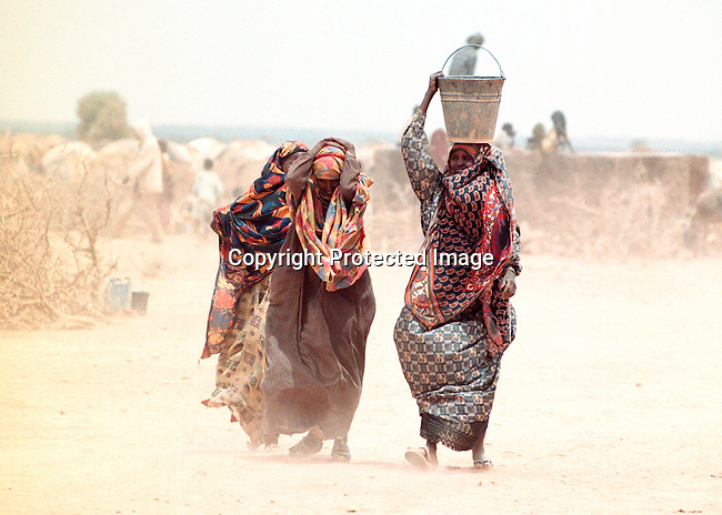 dicoeth00113.Ethiopia. People fetching water in Danan, Ethiopia.  Thousands of people has arrived there to look for food and water. April-2000. .©Per-Anders Pettersson/iAfrika Photos