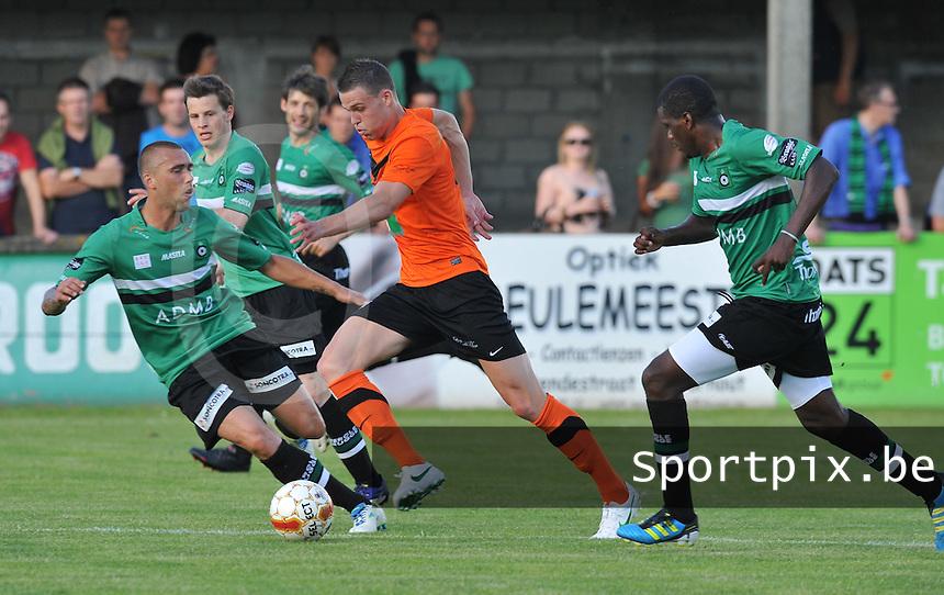 Torhout KM :  Ruben Pyck aan de bal voor Anthony Portier (links) en William Carvalho van Cercle Brugge.foto VDB / BART VANDENBROUCKE