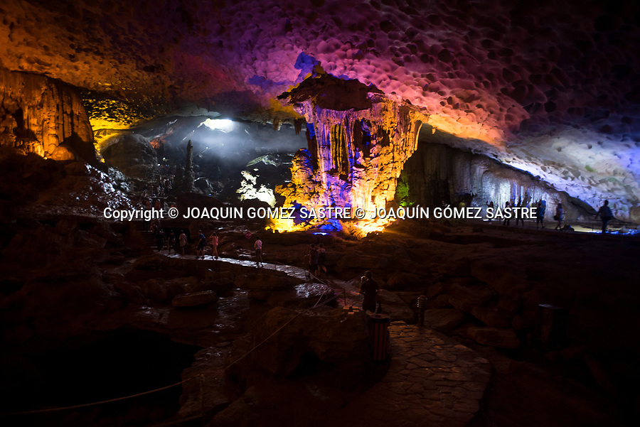One of the tourist attractions is the cave SUNG LOT that is in the bay of Ha Long<br /> HALONG-VIETNAM