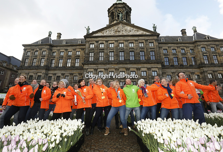 Foto: VidiPhoro<br /> <br /> AMSTERDAM – Ruim 15.000 mensen stonden zaterdag urenlang in de rij om een gratis bosjes tulpen te kunnen plukken tijdens Nationale Tulpendag op de Dam in Amsterdam, de officiële aftrap van het nieuwe tulpenseizoen. Op de Dam hadden Nederlandse tulpenkwekers voor het negende jaar op rij een pluktuin aangelegd met 200.000 kleurrijke tulpen. Onder massale belangstelling van de internationale pers werd de tuin geopend door tulpenprinsesjes (wenskinderen) van Make-A-Wish Nederland. Daarna kon het aanwezige publiek gratis een bosje tulpen plukken. Nationale Tulpendag is een initiatief van Nederlandse tulpenkwekers (TPN). Het tulpenevenement heeft inmiddels ook buiten Nederland navolging. De Belgen genoten voor het derde jaar op rij van een pluktuin met 100.000 tulpen aangelegd op het Koningin Astridplein in Antwerpen. In Duitsland is van 17 tot en met 26 januari 2020 een tulpentuin te bewonderen op de consumentenbeurs Grüne Woche in Berlijn. In de Verenigde Staten wordt Tulip Day gehouden op 7 maart 2020 in San Francisco.