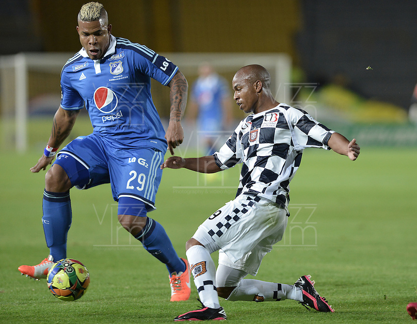 BOGOTÁ -COLOMBIA, 02-08-2014. Roman Torres (Izq.) jugador de Millonarios disputa el balón con Nicolas Giraldo (Der.) jugador de Boyacá Chicó FC durante partido por la fecha 3 de la Liga Postobón II 2014 jugado en el estadio Nemesio Camacho el Campín de la ciudad de Bogotá./ Roman Torres (L) player of Millonarios fights for the ball with Nicolas Giraldo (R) player of Boyaca Chico FC during the match for the third date of the Postobon League II 2014 played at Nemesio Camacho El Campin stadium in Bogotá city. Photo: VizzorImage/ Gabriel Aponte / Staff