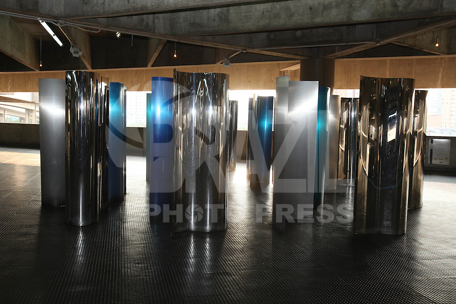 ATENCAO EDITOR FOTOS EMBARGADA PARA VEICULOS INTERNACIONAIS - <br /> SAO PAULO, SP, 16 SETEMBRO 2012 - EXPOSICAO CALEIDOSCOPIO LINHA VERMELHA 3 DO METRO - ESTACAO BRAS - Obras da artista plastica Amalia Toledo e vista na linha vermelha do Metro na estacao Bras, neste domingo, 16. Sao 25 placas de aco inox curvada em calandra, com diferentes tratamentos, polimento, escovado e pintura, fixadas no piso atraves de parafusos e buchas. (FOTO: LUIZ GUARNIERI / BRAZIL PHOTO PRESS).