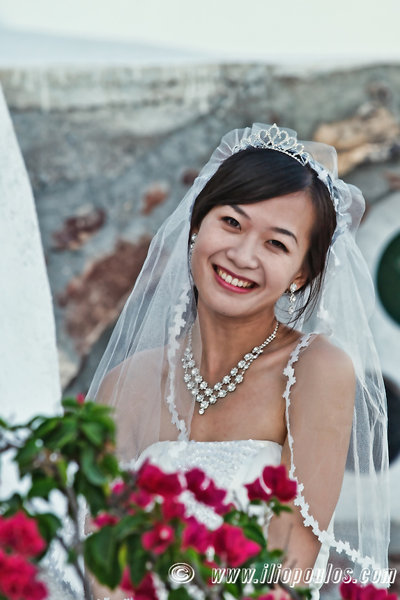 A Chinese bride posing in Santorini, Greece