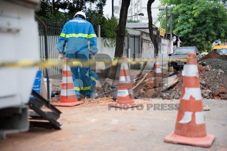 SÃO PAULO, SP, 20.01.2016: VAZAMENTO-GÁS - Equipe da Comgás inspeciona local com vazamento de gás na rua Maestro Callia, na altura do numero 300, Vila Mariana (zona sul), nesta manhã de quarta-feira (20). (Foto: Rogério Gomes/Brazil Photo Press)
