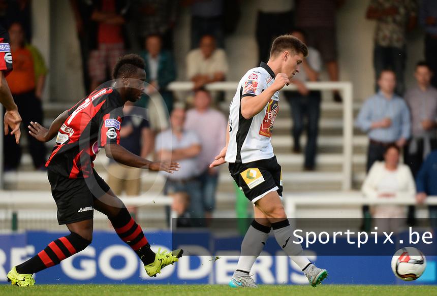 KSV Roeselare - RFC Seraing :  Aaron Vanfleteren (r) aan de bal voor Nianankoro Doumbia (links) <br /> Foto VDB / Bart Vandenbroucke