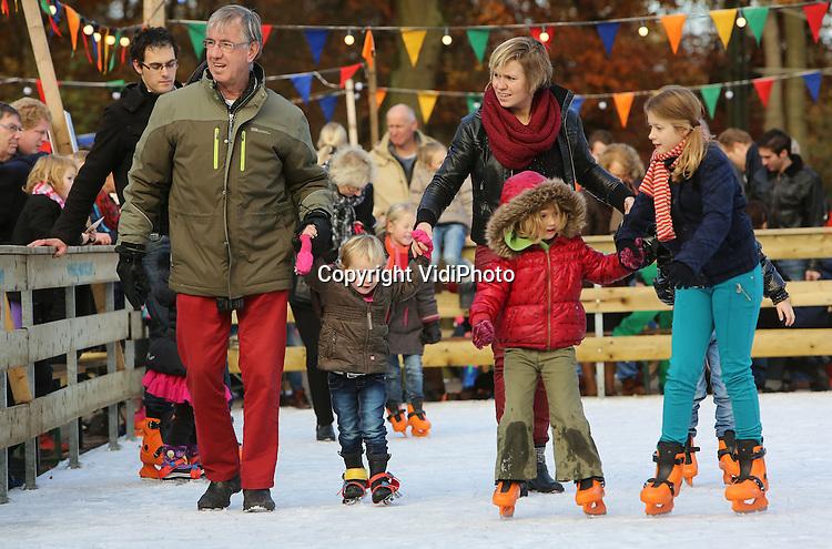 Foto VidiPhoto<br /> <br /> ARNHEM - Schoolkinderen krijgen donderdag schaatsles in het Nederlands Openluchtmuseum in Arnhem van ouders en onderwijzend personeel. Tot en met 12 januari is het Openluchtmuseum in wintersferen, waarbij bezoekers een indruk krijgen van de winters van vroeger. Een van de meest populaire attracties is echter de kindvriendelijke schaatsbaan met koek-en-zopie. De winteropenstelling trekt ieder jaar duizenden bezoekers, waaronder veel scholen voor een middagje oud-Hollandse schaatspret.