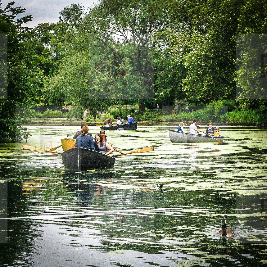 In barca sul lago di Finsbury Park.<br /> <br /> Boats on the lake of Finsbury Park.