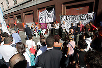 Assemblea di insegnanti precari davanti alla sede del Provveditorato agli Studi di Roma, 7 settembre 2009..Teachers on a short-term contract attend an assembly in front of the local education office in Rome, 7 september 2009. .UPDATE IMAGES PRESS/Riccardo De Luca