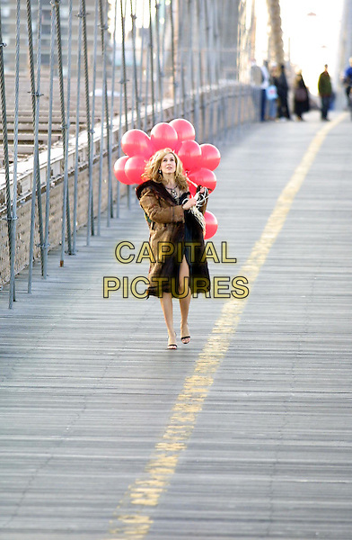 SARAH JESSICA PARKER.filming Sex & The City episode on Brooklyn Bridge.www.capitalpictures.com.©Capital Pictures