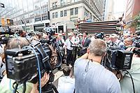 NEW YORK, EUA, 13.07.2017 - ACIDENTE-NEW YORK - James Leonard chefe do departamento de bombeiros atende jornalistas no local onde ocorreu um vazamento de monóxido de carbono em um prédio de 12 andares localizado na baixa Manhattan em New York nesta terça-feira, 13. 32 pessoas foram levadas para hospitais da região sem gravidade. (Foto: Vanessa Carvalho/Brazil Photo Press)