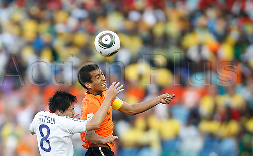 19 06 2010  Netherlands Giovanni van Bronckhorst r vies with Japan s Daisuke Matsui during their 2010 World Cup Group E Soccer Match AT Moses Mabhida Stage in Durban South Africa ON June 19 2010