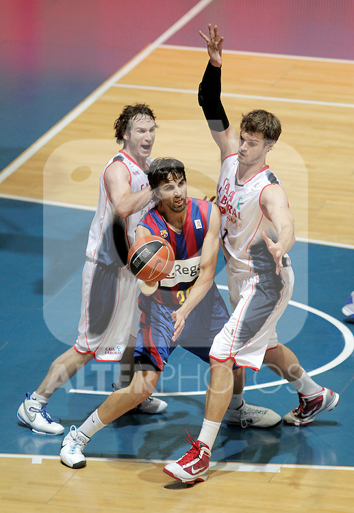 FC Barcelona's Victor Sada (c) and Caja Laboral Baskonia's Marcelinho Huertas (l) and Tiago Splitter during ACB Finals match. June 15,2010. (ALTERPHOTOS/Acero)