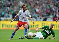 FUSSBALL   1. BUNDESLIGA   SAISON 2012/2013   2. Spieltag SV Werder Bremen - Hamburger SV                     01.09.2012         Aaron Hunt (re, SV Werder Bremen) gegen Petr Jiracek (li, Hamburger SV)