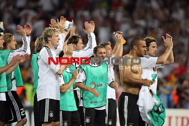UEFA Euro 2008 Semi-Finals Match 29 Basel - St. Jakob-Park. Deutschland ( GER ) - T&uuml;rkei ( TUR ) 3:2 ( 1:1 ). <br /> Oliver Neuville ( Germany / Angreifer / Forward / Gladbach #10 ) (M) und seine Teamkollegen feiern den Sieg gegen die T&uuml;rkei und den Einzug ins Finale.<br /> Foto &copy; nph (  nordphoto  )