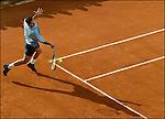 Frankrijk, Parijs, 29-05-2002, Tennis Roland Garros. Spaanse tennisser Albert Costa in aktie. Winnaar Roland Garros 2002... foto Michael Kooren..bestand voorzien van Adobe RGB (1998) profiel.