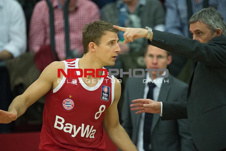 24.01.2015, Artland Arena, Quakenbrueck, GER, Beko BBL, Artland Dragons vs Bayern Muenchen, im Bild<br /> <br /> Heiki Schaffartzik (FC Bayern Muenchen M&uuml;nchen Basketball)<br />  Trainer Svetislav Pesic (Head Coach, FC Bayern Muenchen M&uuml;nchen Basketball)<br /> Gestik, Mimik,<br /> <br /> <br /> Foto &copy; nordphoto / Kokenge