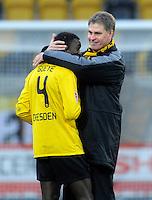 Fussball, 2. Bundesliga, Saison 2011/12, SG Dynamo Dresden - FC Energie Cottbus, Sonntag (11.12.11), gluecksgas Stadion, Dresden. Dresdens Trainer Ralf Loose (re.) und Cheikh Gueye.