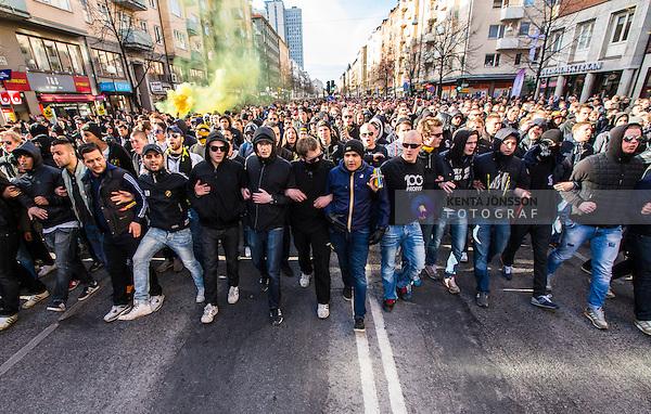 Stockholm 2014-04-16 Fotboll Allsvenskan Djurg&aring;rdens IF - AIK :  <br /> AIK supportrar under marschen p&aring; G&ouml;tgatan fr&aring;n Medborgarplatsen till Tele2 Arena inf&ouml;r derbyt mellan Djurg&aring;rden och AIK<br /> (Foto: Kenta J&ouml;nsson) Nyckelord:  Djurg&aring;rden DIF Tele2 Arena AIK supporter fans publik supporters
