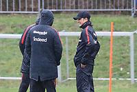 Trainer Niko Kovac (Eintracht Frankfurt) kommt verspätet zum Training und grinst. Verkündet er hier Co-Trainer Robert Kovac (Eintracht Frankfurt) und Co-Trainer Armin Reuthershahn (Eintracht Frankfurt) seinen Wechsel zum FC Bayern? - 04.04.2018: Eintracht Frankfurt Training, Commerzbank Arena