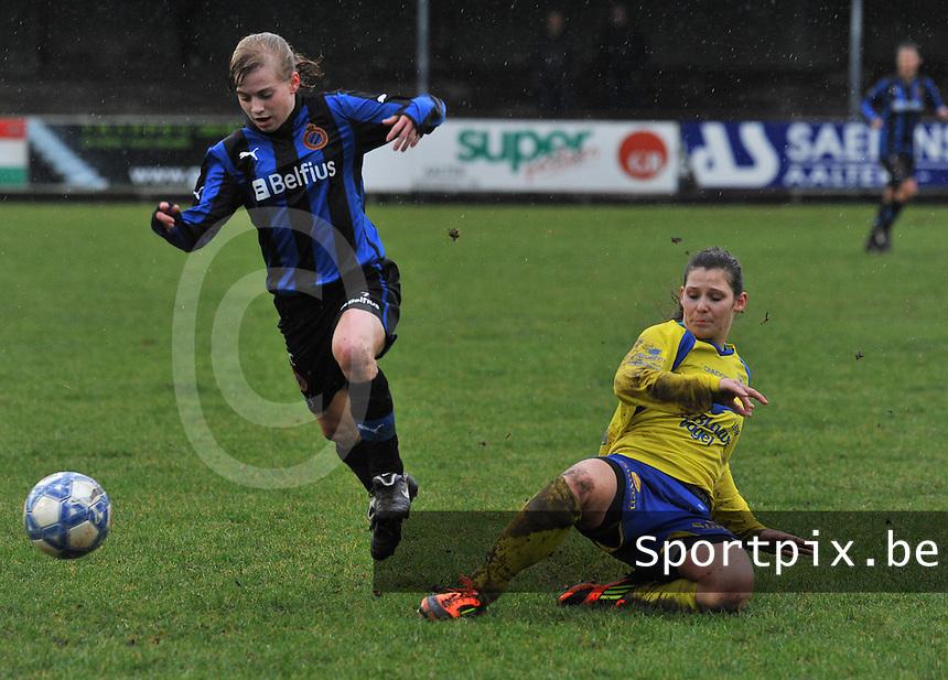 Club Brugge - STVV : duel tussen Nathalie Weytjens (rechts) en Yana Haesebroek.foto Joke Vuylsteke / Vrouwenteam.be