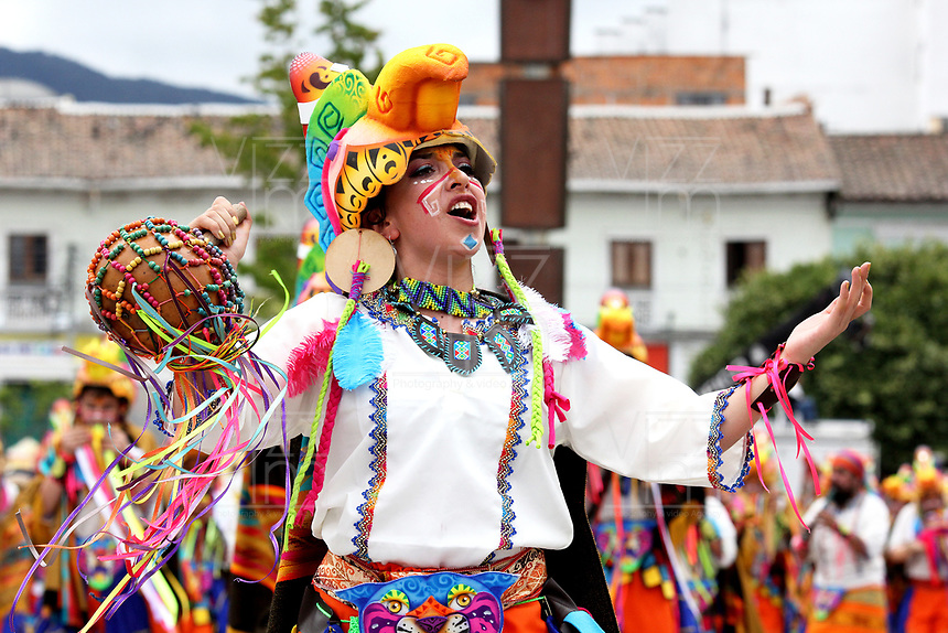 "PASTO - COLOMBIA, 03-01-2019: Aspecto de las comparsas durante el desfile de Canto a la Tierra, colectivos coreográficos, la fuerza Andina del carnaval se hace evidente con la música, las danzas, los vestuarios y ""los tocados"" de los colectivos. Más de 3000 jóvenes artistas comparten la riqueza cultural de una región, en el Carnaval de Negros y Blancos 2019 / Aspect of the comparsas during the parade of Song to the Earth, choreographic collectives, the Andean force of the carnival becomes evident with the music, the dances, the costumes and ""los tocados"" of the collectives. More than 3000 young artists share the cultural richness of a region, in the Carnival of Negros y Blancos 2019. / Photo: VizzorImage / Leonardo Castro / Cont."