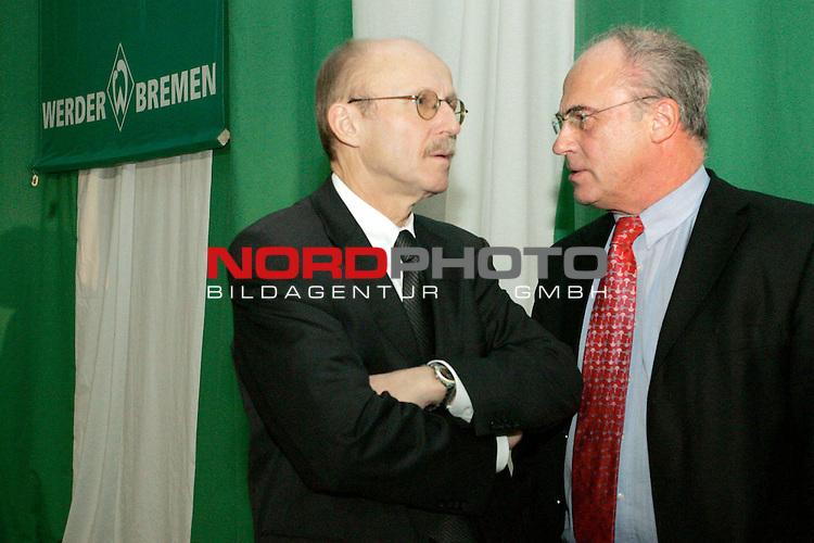 BL 05 / 06 - Mitgliederversammlung Werder Bremen<br /> <br /> Aufsichtsratsvorsitzender Willi Lemke (links) im Gespr&auml;ch mit Manfred M&uuml;ller (rechts).<br /> <br /> Foto &copy; nordphoto <br /> <br />  *** Local Caption *** Foto ist honorarpflichtig! zzgl. gesetzl. MwSt.<br /> Belegexemplar erforderlich