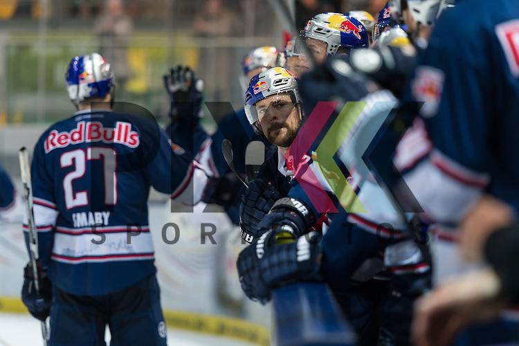 Eishockey, DEL, EHC Red Bull M&uuml;nchen - Hamburg Freezers <br /> <br /> Im Bild die Bank klatscht das 3:0 ab beim Spiel in der DEL EHC Red Bull Muenchen - Hamburg Freezers.<br /> <br /> Foto &copy; PIX-Sportfotos *** Foto ist honorarpflichtig! *** Auf Anfrage in hoeherer Qualitaet/Aufloesung. Belegexemplar erbeten. Veroeffentlichung ausschliesslich fuer journalistisch-publizistische Zwecke. For editorial use only.