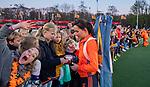 UTRECHT - Ginella Zerbo (Ned)  geeft handtekeningen met kids  na   de Pro League hockeywedstrijd wedstrijd , Nederland-China (6-0) .  COPYRIGHT  KOEN SUYK