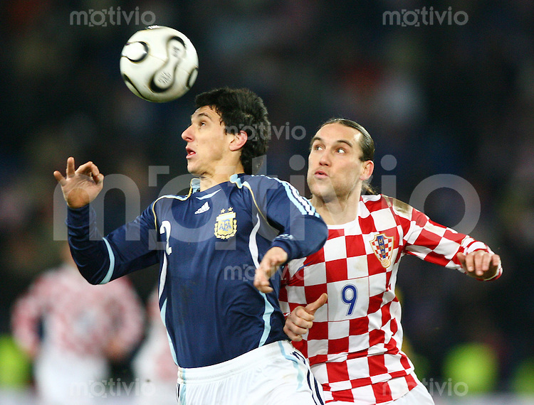 Fussball International Testspiel Kroatien - Argentinien Nicolas Burdisso (ARG,li) gegen Dado Prso (CRO,re)