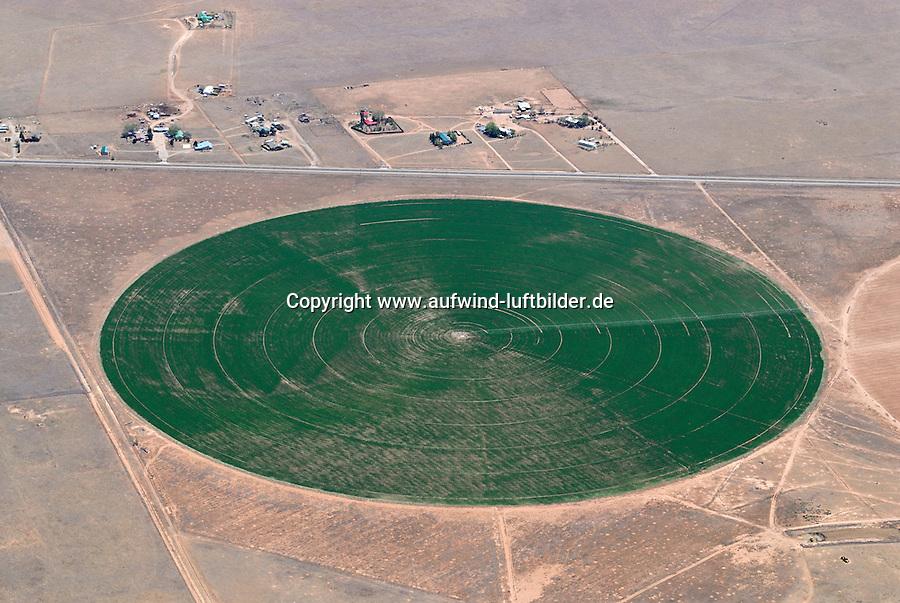 Bewaesserung: AMERIKA, VEREINIGTE STAATEN VON AMERIKA, NEW MEXICO,  (AMERICA, UNITED STATES OF AMERICA), 07.05.2011: 20. Jahrhundert, 20th century,  art, Abstract, Abstraction, Abstracts, Abstrakt, Abstrakte, Abstraktion, Aerial, Aerial image, Aerial photo, Aerial Photograph, Aerial Photography, Aerial picture, Aerial View, Aerial Views, Agrar, Agrarwirtschaft, Agricultural, Agriculture, America, Amerika, Art, Auf dem Land,  Aussen, Aussenansicht,  Bewaessern Bewaesserung, Bird eye, Blick von oben, Business, Circle, Circles, Circling, Country, Country-side, Countryside, Culture, Cultures, Draussen, Exterior, Feld, Felder, Field, Fields, Fine Art,  Form, From above, Gemustert, Gemusterte, Gewerbe, Industrial, Industrie, Industriell, Industrielle, Industrien, Industry, Irrigation, Kein mensch, Keine Menschen, Keine Person, Keine Personen, Kreis, Kreise, Kultur, Kulturell, Kulturen, Kunst, Laendlich, Laendliche, Laendliche Gegend, Laendliche Szene, Landbau, Landscape, Landscapes, Landschaft, Landschaften, Landwirtschaft, Landwirtschaftlich, Landwirtschaftliche, Landwirtschaftlicher,  Luftansicht, Luftaufnahme, Luftaufnahmen, Luftbild, Luftbilder, Luftbildfotografie, Luftbildfotografien, Luftbildphotografie, Luftbildphotografien, Luftfoto, Luftfotos, Luftphoto, Luftphotos, Muster, Neu, Neue, Neuer, Neues, New, new Mexico, new mexiko, Niemand,  Outdoor, Outdoor, Life Outdoor, view Outdoors, Outside, Outsides, Outward, Perspective, United States United States of America, USA, Vereinigte Staaten Vereinigte Staaten von Amerika, Vogelperspektive, Vogelperspektiven, Watering , Wueste, Sand, sandig, Landleben,