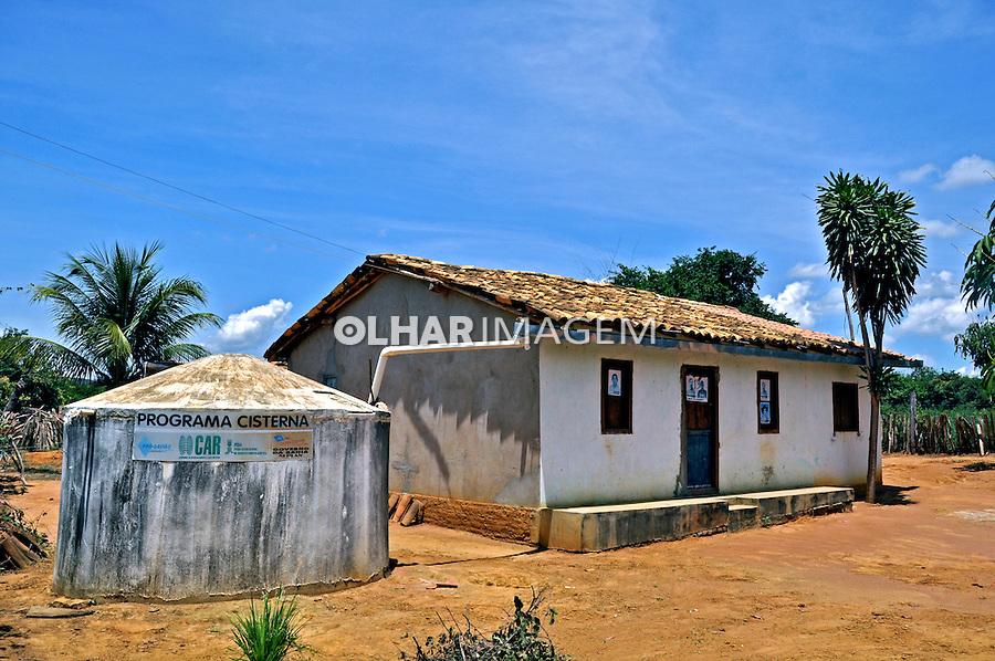 Casa com cisterna que aproveita agua da chuva. Tremedal. Bahia. 2012. Foto de Alberto Viana.