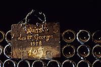Europe/France/Bourgogne/21/Côte d'Or/Nuits Saint Georges: Les caves de la maison Charles Vienot - Détail de vieilles bouteilles AOC Nuits Saint Georges
