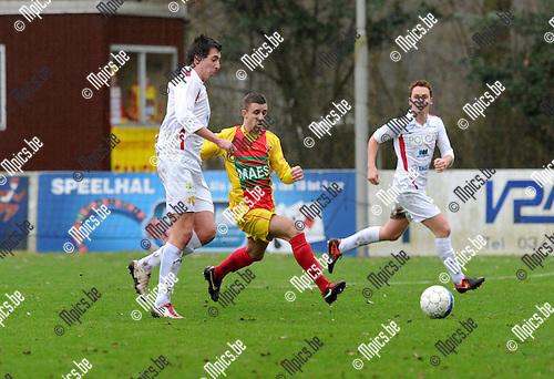 2013-02-03 / Voetbal / seizoen 2012-2013 / Bornem - Izegem / Dieter Wittesaele met Matthias Geldof (r. Bornem)..Foto: Mpics.be