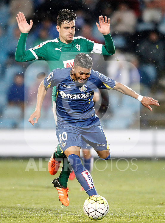 Getafe's Wanderson (f) and Sociedad Deportiva Eibar's Dani Garcia during La Liga match. March 18,2016. (ALTERPHOTOS/Acero)